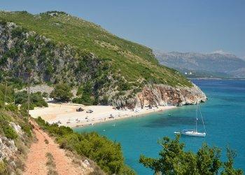 Албания временно отменила визы