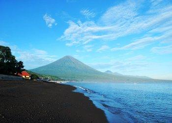 На острове Бали закрыли аэропорт из-за извержения вулкана Агунг